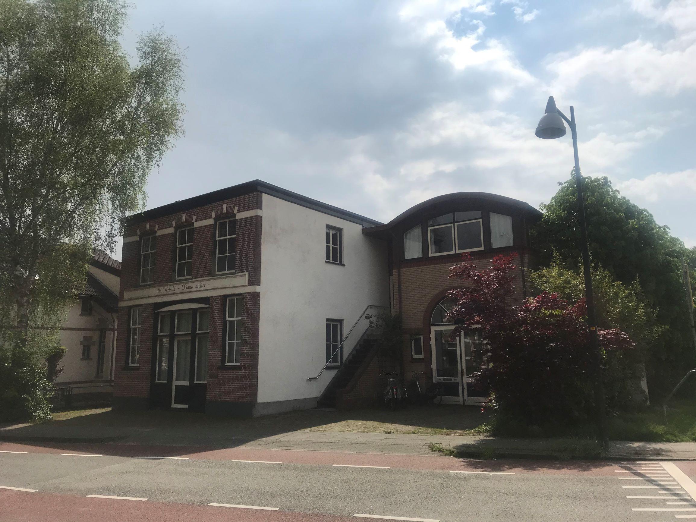 Ik huur de bovenzaal van dit pand aan de Asselsestraat 167 in Apeldoorn. Voor de opleiding tot Luisterkindwerker en voor workshops